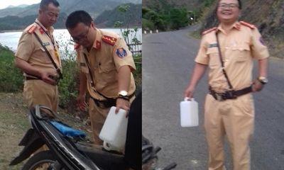2 CSGT mua xăng giúp cô gái dắt bộ xe trên đường gây sốt mạng xã hội