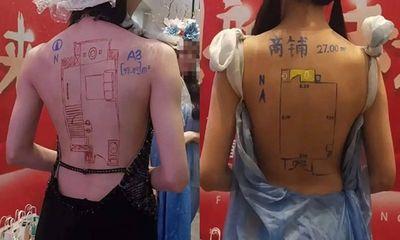 Bức xúc với chiêu trò bắt người mẫu mặc đồ gợi cảm, vẽ sơ đồ nhà đất lên lưng trần