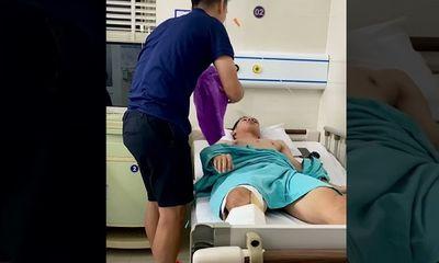 Video: Đội trưởng Văn Quyết ân cần chăm sóc cho Hùng Dũng sau chấn thương nặng