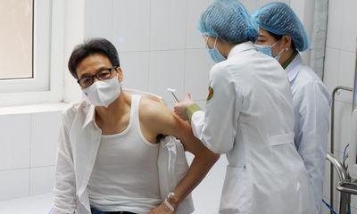Phó Thủ tướng Vũ Đức Đam tiêm thử vắc xin phòng COVID-19