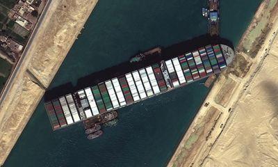 Vụ siêu tàu chở hàng kẹt trên kênh đào Suez: Có thể do lỗi con người