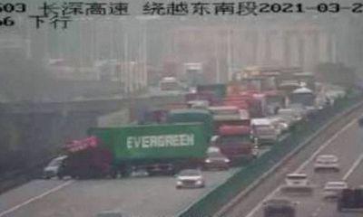 Trung Quốc: Xe container gặp nạn trên đường cao tốc y hệt siêu tàu chở hàng mắc kẹt ở kênh đào Suez