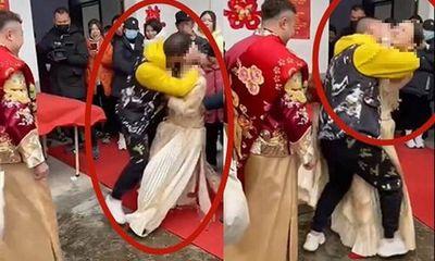 Cô dâu bị khách mời cưỡng hôn ngay trong lễ cưới, chú rể không tức giận mà có phản ứng gây phẫn nộ