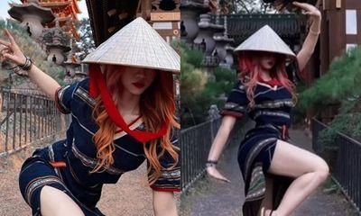 Hotgirl Lê Bống bị chỉ trích dữ dội vì diện váy xẻ cao ngang đùi, tạo dáng phản cảm ở chùa