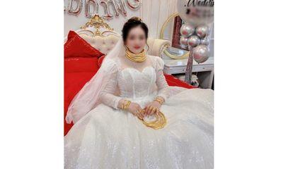 Cô dâu đeo vàng nặng trĩu cổ, lại được mẹ tặng món quà