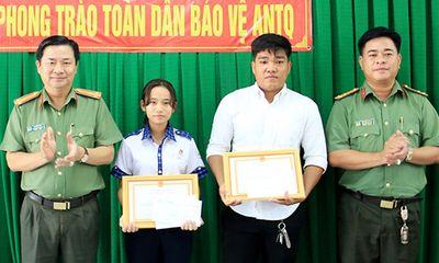 Khen thưởng nữ sinh lớp 9 tham gia bắt trộm