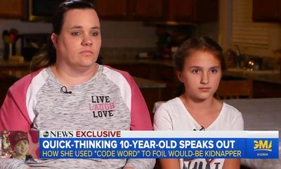 Cô bé 10 tuổi cực nhanh trí, đặt câu hỏi khiến kẻ lạ có ý định tiếp cận phải