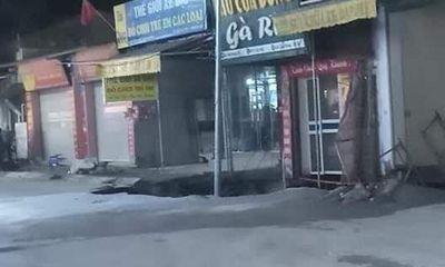 """Hà Nội: Xuất hiện hố """"tử thần"""", sơ tán khoảng 20 hộ dân"""