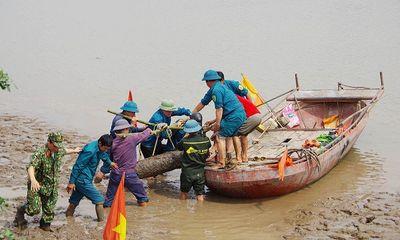 Phát hiện quả bom nặng gần 230kg ven sông Kinh Thầy khi đi bắt hến