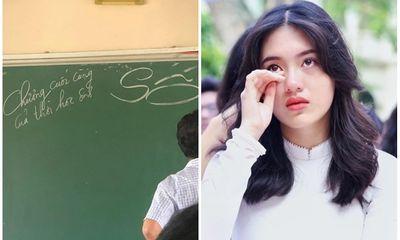 Thầy giáo ghi 7 chữ trên chiếc bảng xanh khiến học trò bên dưới rưng rưng