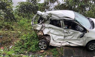 Ô tô con biến dạng sau cú tông xe khách, 2 người chết