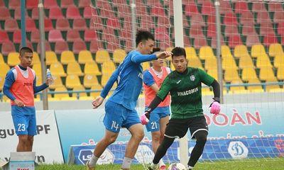 Cầu thủ CLB Than Quảng Ninh ra sân gặp Hà Nội sau khi được giải ngân 4,5 tỉ đồng