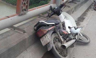 Vụ thi thể thanh niên trên cầu Thanh Trì: Bánh xe máy biến dạng