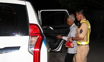 Đi lạc từ Hải Dương đến Hà Nam, cụ ông 87 tuổi được CSGT đưa về nhà