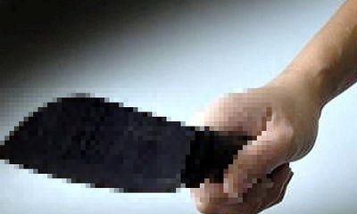 Khống chế thanh niên cầm dao đòi chém người, hai CSGT bị thương
