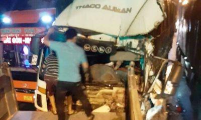 Tin tai nạn giao thông ngày 17/4/2021: Va chạm với container, tài xế xe tải chết trong cabin