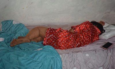 """Ảnh chụp người phụ nữ nằm ngủ bình thường bỗng """"dậy sóng"""" MXH, nguyên nhân khiến ai nấy khó tin"""