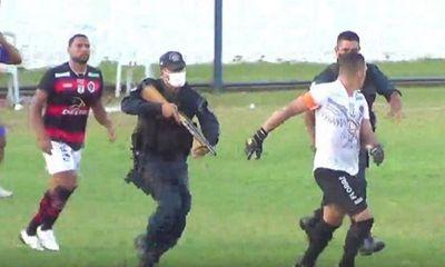 Ngỡ ngàng cảnh sát nổ súng bắn cầu thủ ngay trên sân