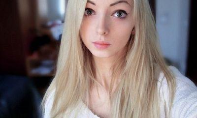 Cô gái giống búp bê Barbie như đúc mà không cần