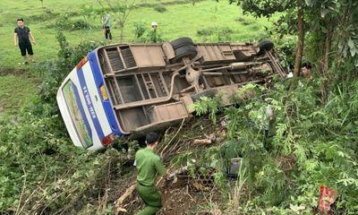 Tin tai nạn giao thông ngày 18/4: Xe máy đối đầu ô tô khách, 1 người chết