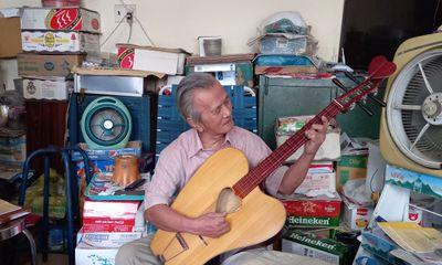 Tình yêu nhạc cổ truyền của ông lão U80 viết cải lương bằng tiếng Anh