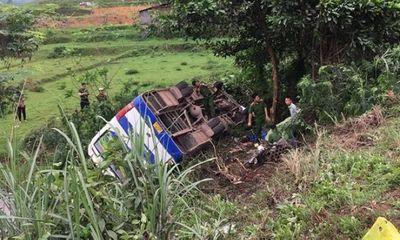 Va chạm với xe máy, ô tô chở công nhân lật ngửa khiến 1 người tử vong, 31 người bị thương