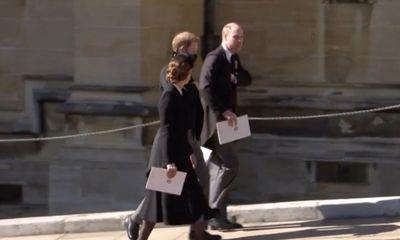 Hoàng tử William - Harry trò chuyện tại đám tang ông nội, xoá tan tin đồn rạn nứt