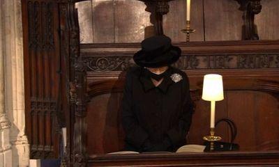 Nữ hoàng Anh lặng lẽ lau nước mắt trong tang lễ của Hoàng thân Philip