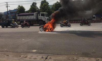 Tin tức tai nạn giao thông 20/4/: Xe máy bốc cháy dữ dội, nữ sinh hốt hoảng bỏ chạy