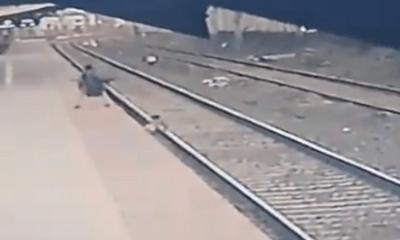 Ngã xuống đường ray ngay khi tàu đang vùn vụt lao tới, bé trai 6 tuổi thoát chết trong gang tấc