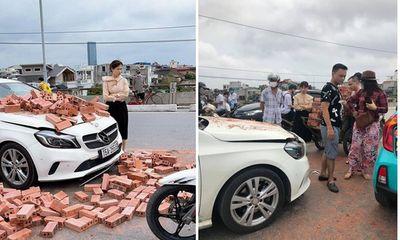 Xe xích lô chở gạch đâm trúng Mercedes, nữ tài xế bất lực nhìn đầu xe biến dạng