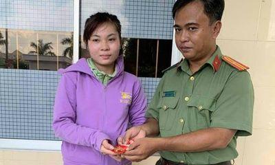 Thiếu tá công an trả lại 4,7 chỉ vàng cho cô gái đánh rơi khi làm CCCD