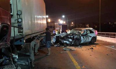 Ô tô con đâm container kinh hoàng trong đêm, 1 người chết