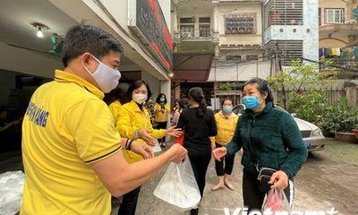 Ấm lòng những suất cơm dành cho người nghèo ở Bệnh viện Nhi Trung Ương