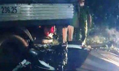 Xe máy tông kinh hoàng vào đuôi xe tải, 2 công nhân văng ra tử vong thương tâm