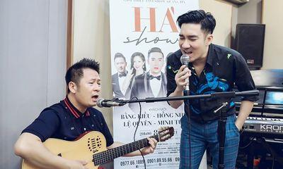 Bằng Kiều thể hiện sự nể phục với Quang Hà, đệm đàn guitar cho đàn em hát
