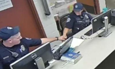 Cảnh sát Mỹ gây phẫn nộ khi đập tay ăn mừng, cười khoái chí sau khi làm gãy tay một bà cụ