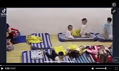 Bật camera quan sát lớp học, mẹ xúc động vì hành động bất ngờ của 2 con trai