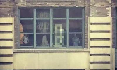 Mẹ sinh em trai, con gái luôn nói có người đứng ngoài cửa sổ, sự thật khiến cả nhà chết lặng