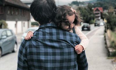 Cùng con gái đi ăn, ông bố nhận được mẩu giấy với nội dung bất ngờ, bật khóc ngay tại nhà hàng