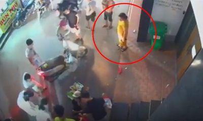 Video: Lợi dụng lúc nhộn nhạo, người phụ nữ nhanh tay trộm điện thoại của nạn nhân ngã xe máy