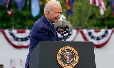 Tổng thống Biden vội vàng tìm khẩu trang sau khi bỏ quên trong túi quần