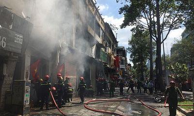 TP.HCM: Dãy nhà dân bất ngờ bốc cháy dữ dội, 4 người bị thương