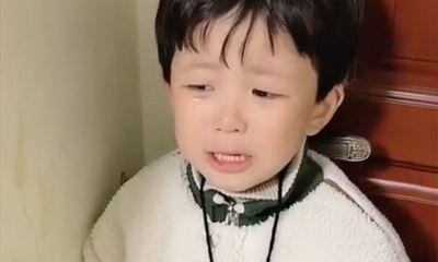 Con trai quá ương bướng, mẹ gọi điện cho cô giáo nói 1 câu khiến cậu bé sợ tái mặt, lập tức khoanh tay xin lỗi