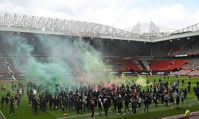 Hàng trăm CĐV tràn vào sân biểu tình khiến đại chiến Man Utd và Liverpool phải tạm hoãn