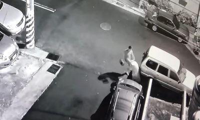 Clip: Cô gái bị bạn trai dùng mũ bảo hiểm đánh tới tấp vào đầu bạn gái, lý do
