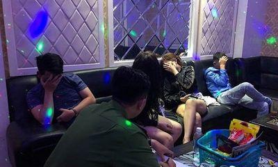 """Bắt quả tang nhóm """"nam thanh nữ tú"""" dùng ma túy trong quán karaoke"""