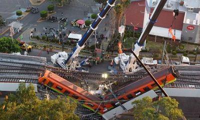 Hiện trường ám ảnh vụ sập cầu ở Mexico khiến gần 100 người thương vong