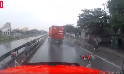 Video: Xe container mất lái, liên tục