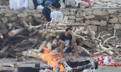 Xót xa cô gái nhảy vào đống lửa khi đang hỏa táng cha tại Ấn Độ